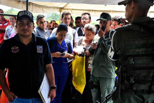 "More than 35,000 Venezuelans crossed the border into this Colombian city on Sunday, mainly to stock up on food and medicine, thanks to the ""humanitarian corridor"" opened by the two governments, authorities told EFE. EFE/FILE"